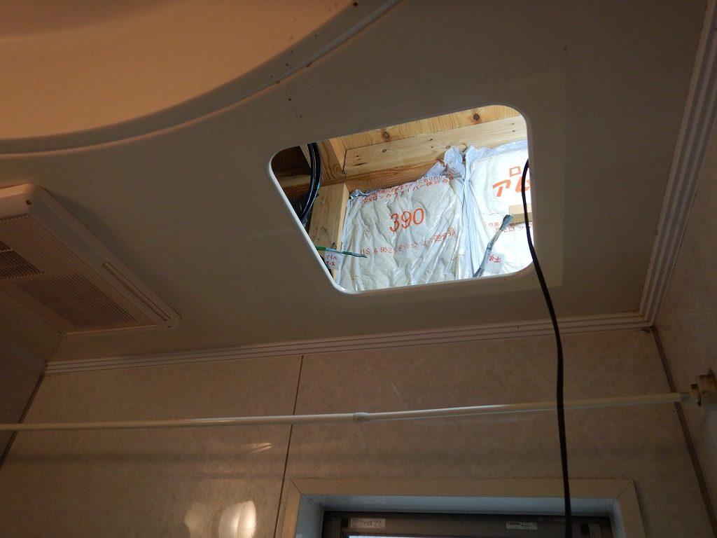 ユニットバスの点検口を使って配線工事